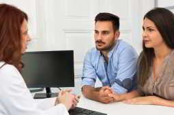 casal consultando um especialista em reprodução humana sobre suas chances de gravidez